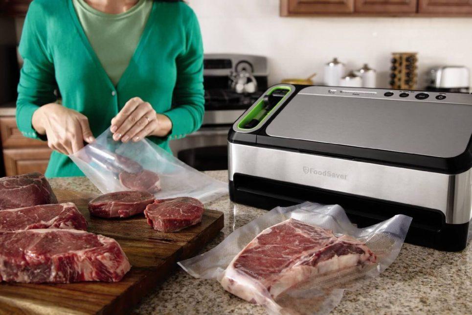 FoodSaver 4840 2-in-1 Automatic Vacuum Sealing System with Bonus Built-in Retractable Handheld Sealer, Starter Kit, Heat-Seal and Zipper Bags Review